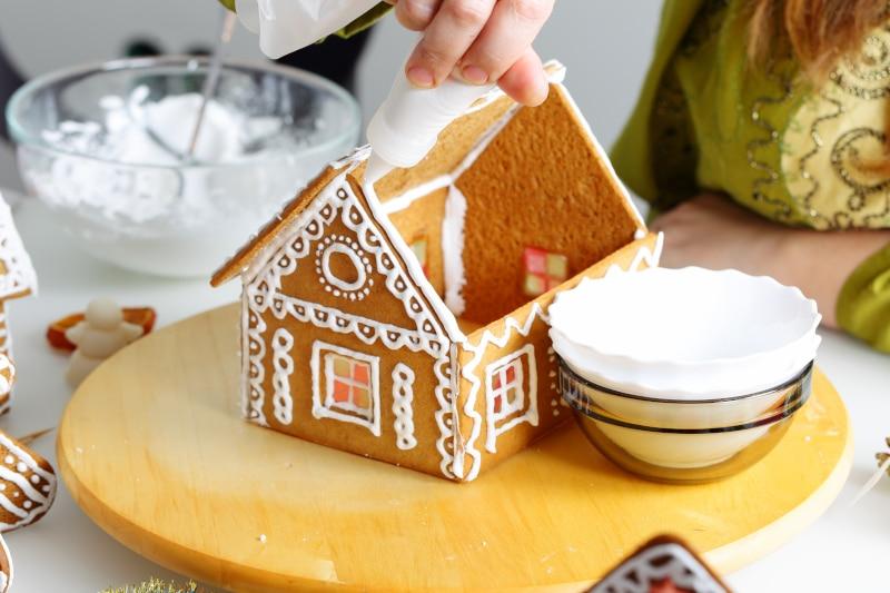 Χρησιμοποιήστε γλάσο για συνδετικό υλικό ανάμεσα στους τοίχους του σπιτιού αλλά και για την διακόσμηση