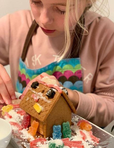 Παιδί φτιάχνει μπισκοτόσπιτο