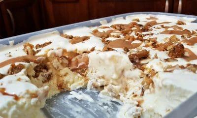παγωτό με καραμελωμένα καρύδια και σάλτσα καραμέλας